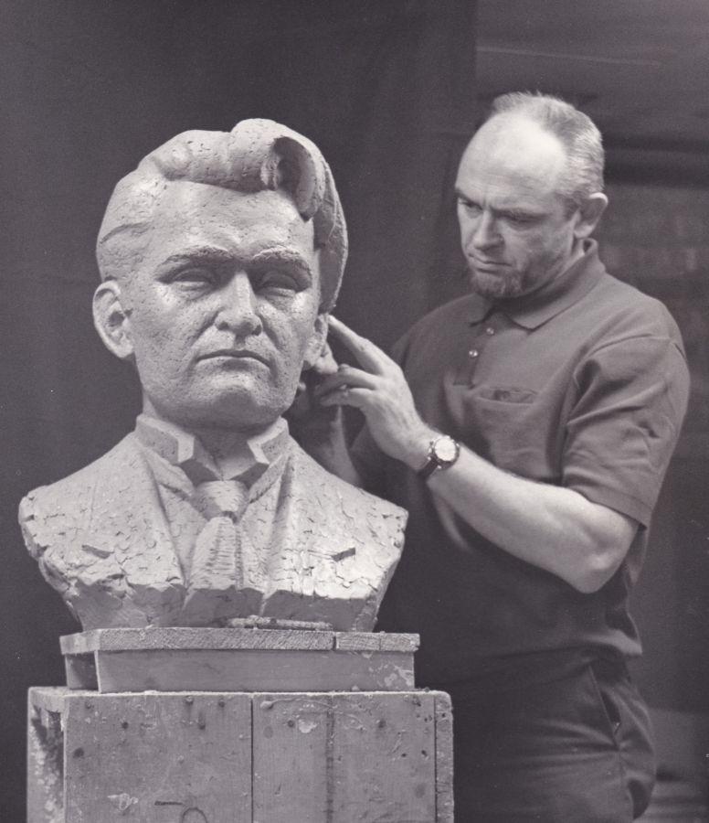 Skulptorius Romojus Mozoliauskas prie K. Griniaus biusto. Čikaga, 1994 m.