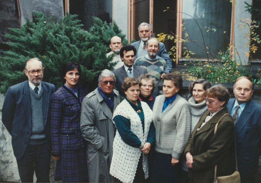 Lituanistikos fakulteto tarybos nariai LEU II rūmų kieme. 1995 m.