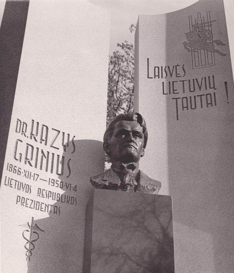 Dr. K. Griniaus paminklo Lietuvių tautinėse kapinėse fasadas. Čikaga, 1994 m.