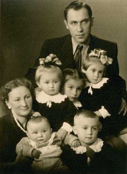 Balčiūnų šeima. Iš kairės: Taida, Andrius, Giedrius, Saulė, Taida, Aušra ir Vaclovas. 1958. Kaunas