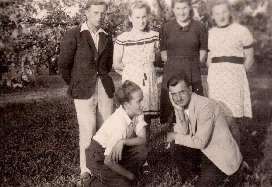 Vytautas (priklaupęs kairėje) Dotnuvoje su pusserėmis Janina (antra iš kairės) ir Irena (pirma iš dešinės). 1945 m.