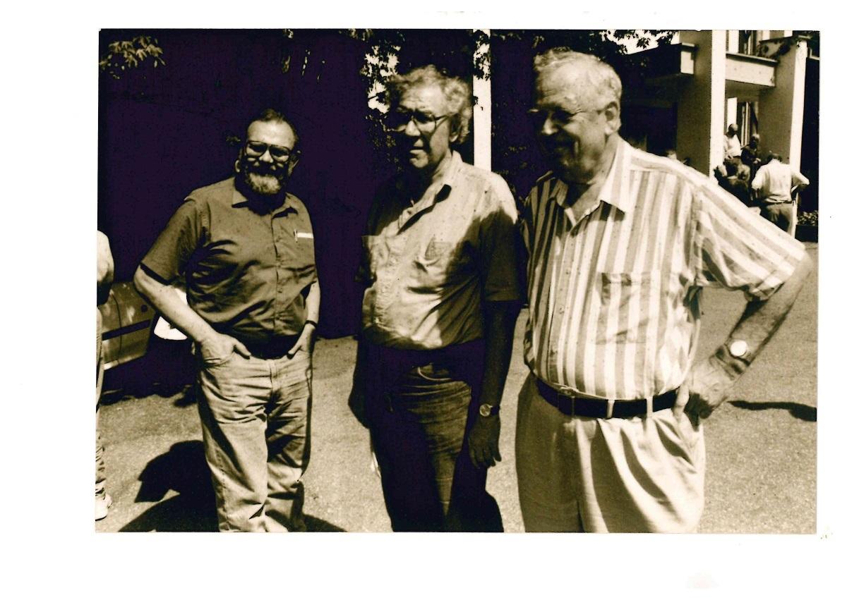 """Ilgamečiai """"Akiračių"""" redaktoriai Liūtas Mockūnas (centre) ir Zenonas Rekašius (dešinėje) ir ilgametis bendradarbis Kazys Almenas (kairėje). Nuotrauka iš <em>Vytauto Didžiojo universiteto Lietuvių išeivijos instituto fondų</em>"""