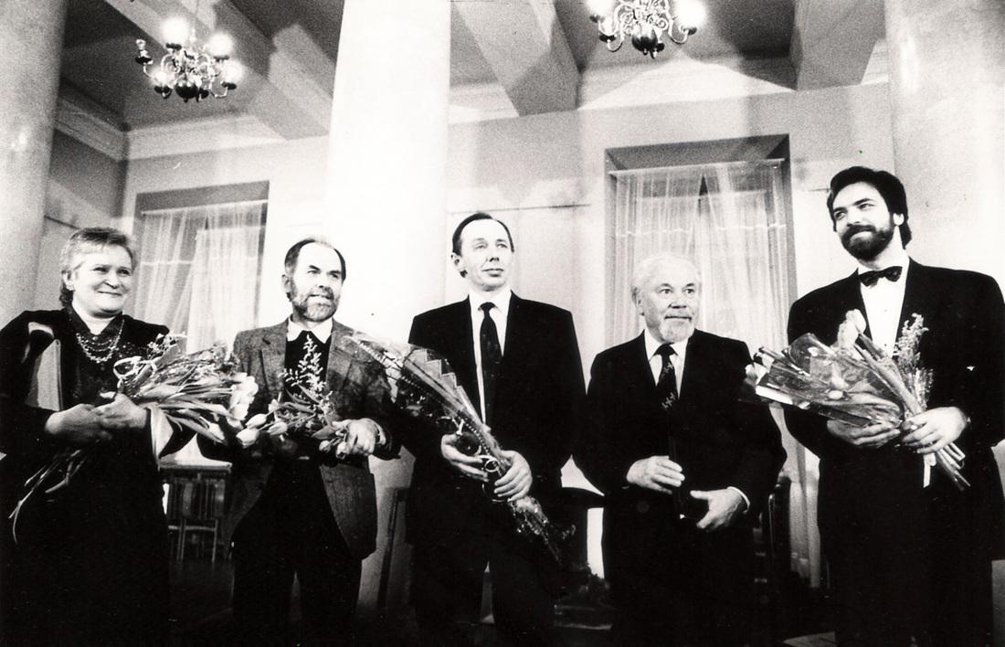 1992 m. Lietuvos nacionalinės kultūros ir meno premijos laureatai V. Povilionienė, V. Antanavičius, A. Šliogeris, K. Bradūnas ir P. Geniušas .