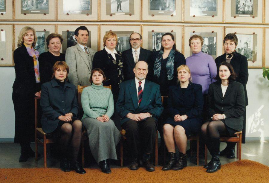 Tuometės Lietuvių kalbotyros katedros kolektyvas. 2000 m.