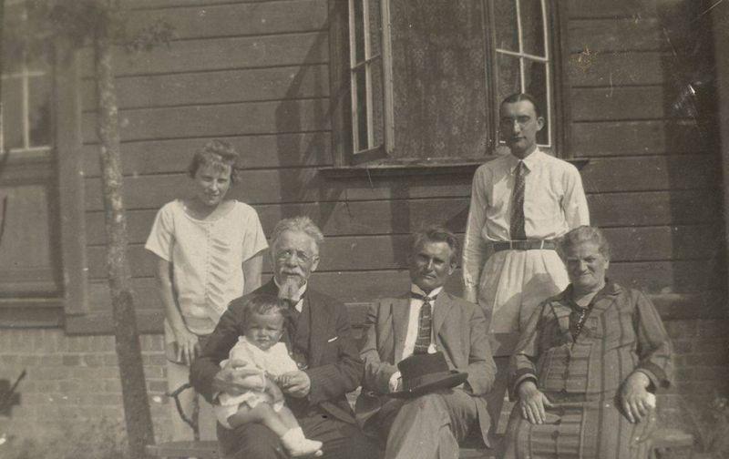 Iš kairės: Stefanija Matulaitienė, Valstybės kontrolierius Vincas Matulaitis su anūku Stasiu, Kazys Grinius, Stasys Lozoraitis, Vincenta Lozoraitienė. 1950 m.