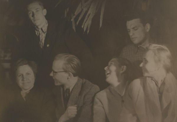 """Su Vilniaus valstybinio universiteto dramos būreliu. Po B. Sruogos """"Dobilėlio penkialapio"""" (rež. V. Vitkauskas) spektaklio premjeros. 1958 m. balandžio 17 d."""