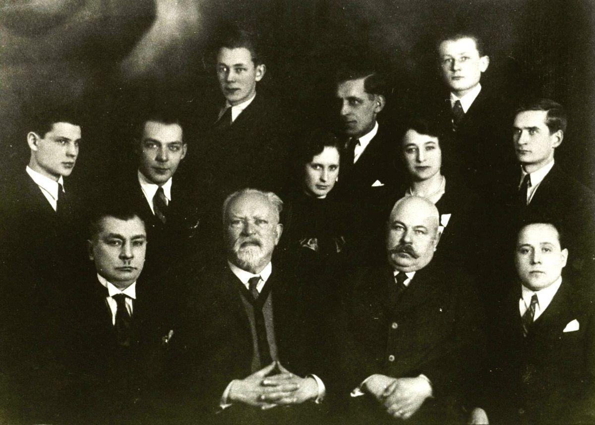 Antras iš kairės (pirmoje eilėje) dr. J. Šliūpas su Šiaulių gimnazistais. 1923 m.