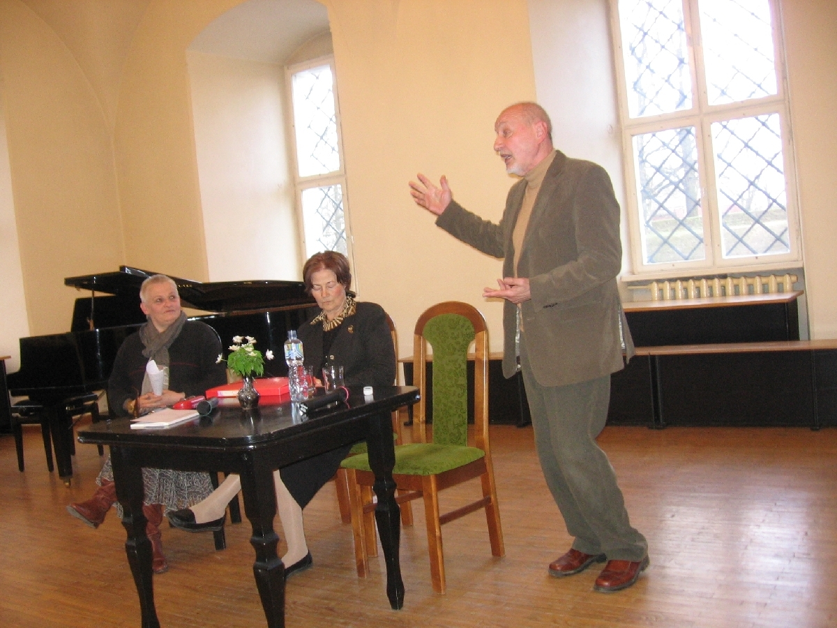 Iš dešinės: Kęstutis Nastopka , Ingrida Korsakaitė ir mokytoja lituanistė Irute Varziene jubiliejiniame Halinos Korsakienės vakare Biržų Radvilų pilyje