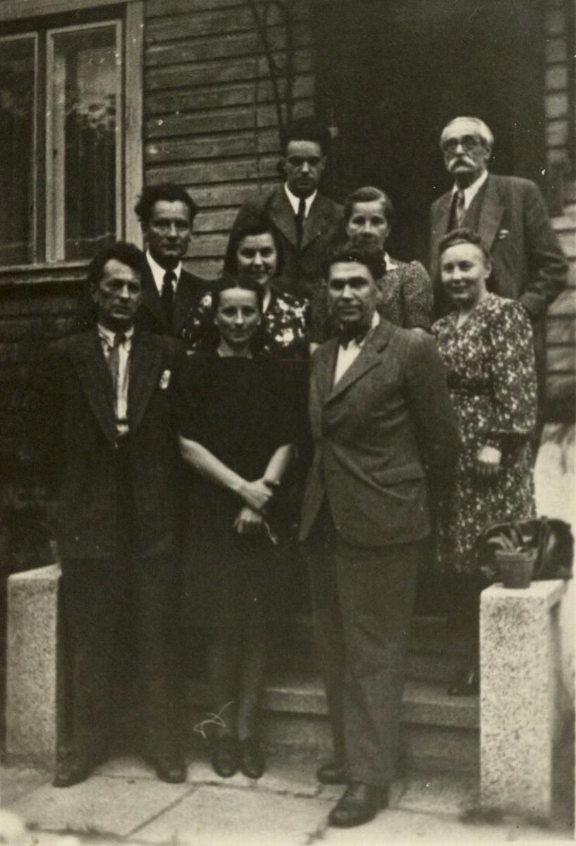 B. Dvarionas, A. Račiūnas, R. Geniušas, M. Bukša, A. Dvarionienė, Račiūnienė, V. Paulauskas, I. Geniušienė. 1948 m. po konservatorijos baigimo.