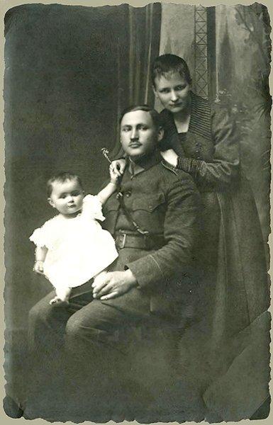 Tėvai su sesute Irena. Apie 1922 m. Kaunas
