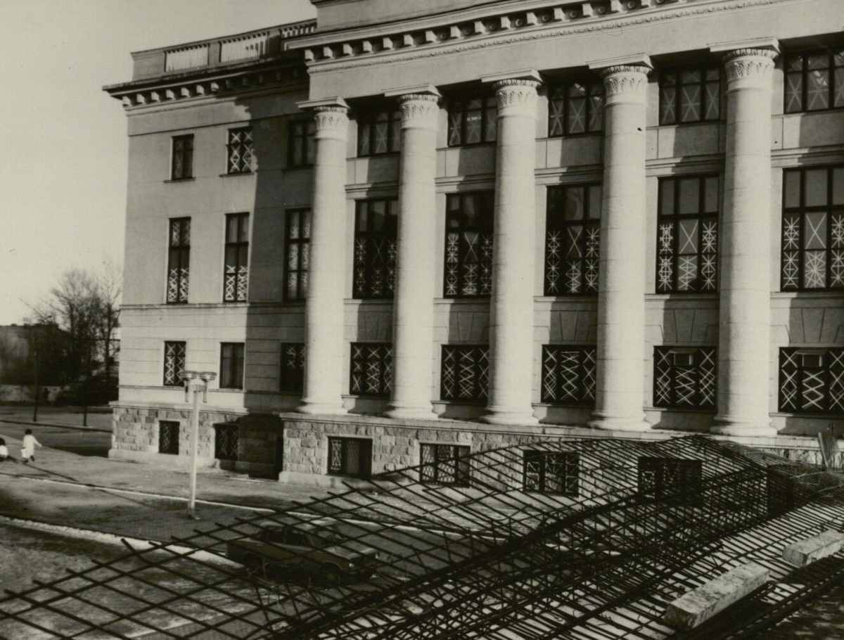 Nacionalinė biblioteka užklijuotais langais