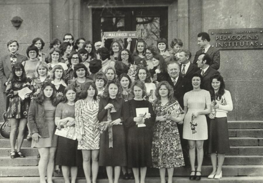 Lietuvių kalbos ir literatūros fakulteto dėstytojai su 31 absolventų laida. 1976 m.