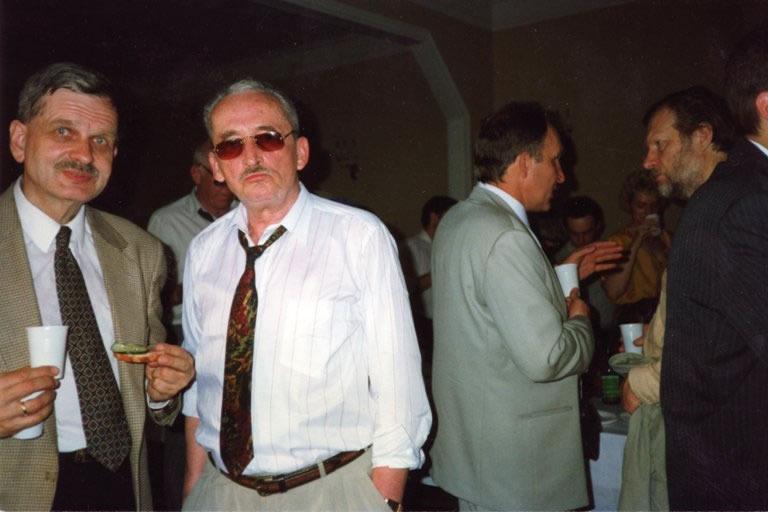 """V. Žalakevičius su profesoriumi T. Venclova po kino filmo """"Niekas nenorėjo mirti"""" peržiūros """"Dom kino"""". 1995 m., Sankt Peterburgas."""