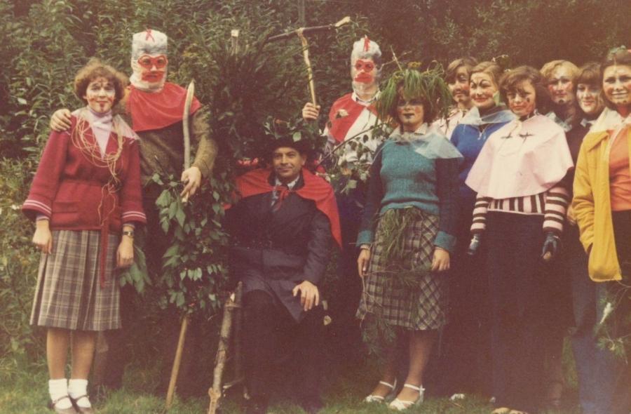 Lietuvių kalbos ir literatūros fakulteto doc. A. Rasimavičius pirmakursių lituanistų krikštynų Valakampiuose metu. Apie 1989 m.