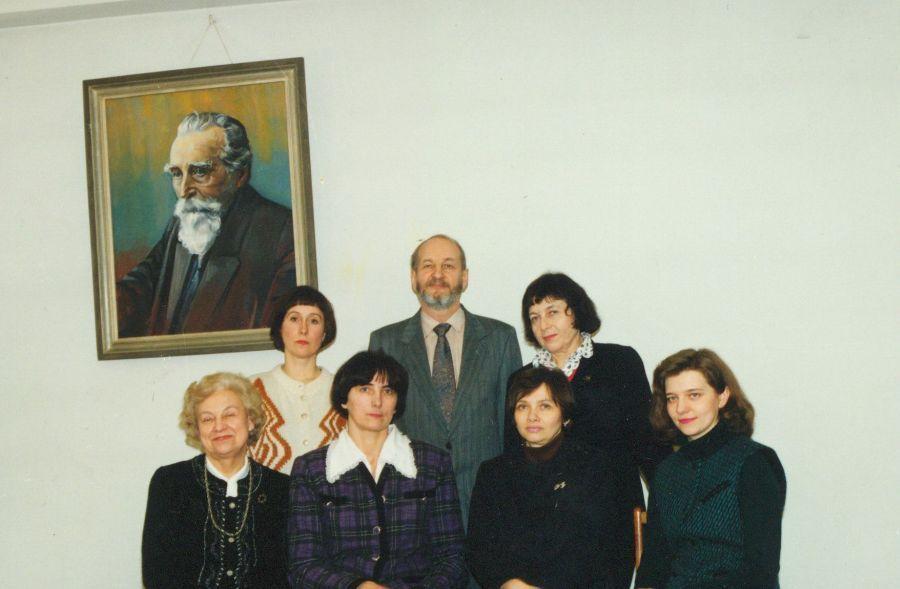 Tuometės Visuotinės literatūros katedros (dabar – Lietuvių ir lyginamosios literatūros katedra) kolektyvas. 1995 m.