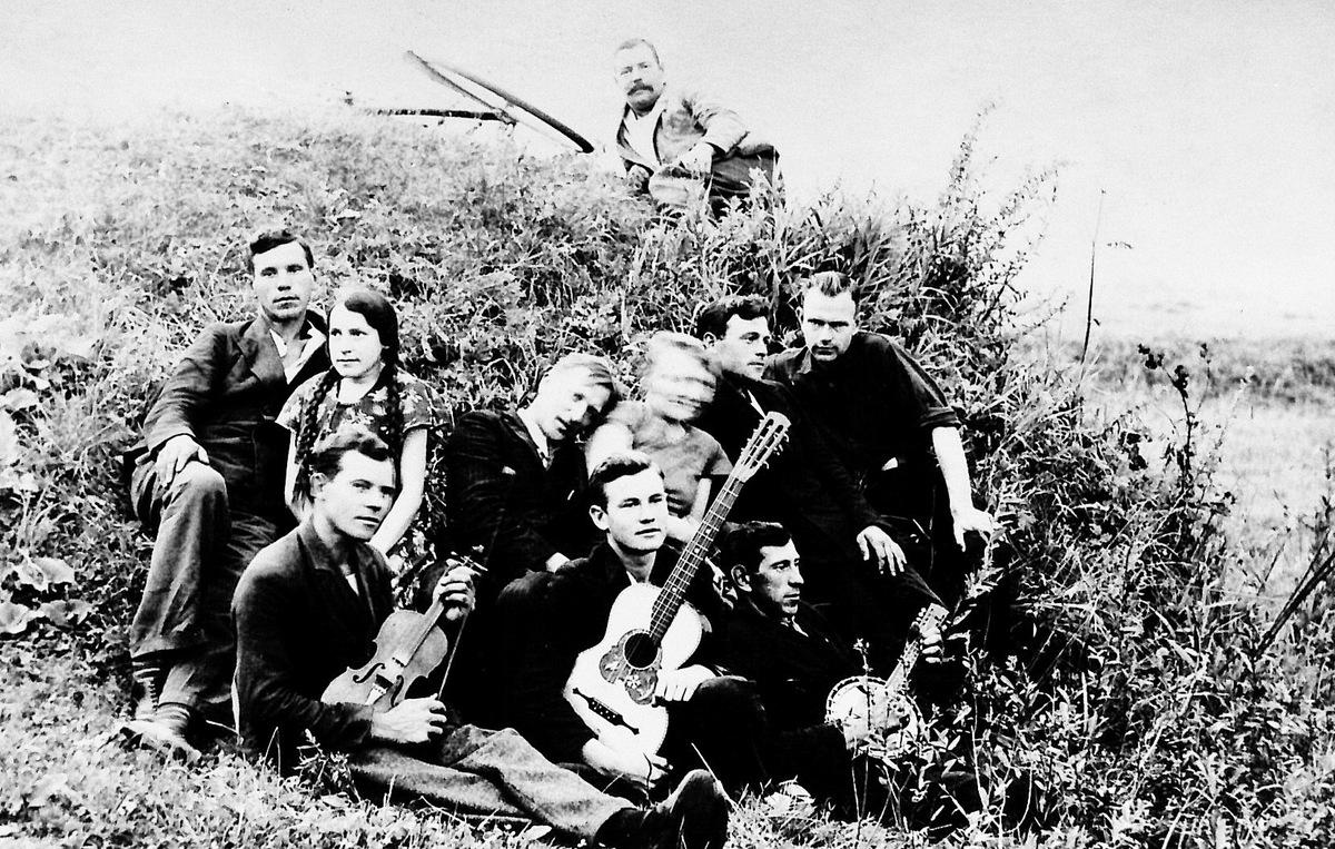 """Žeimelio""""Dumpių kapelos"""" muzikantai ir jų gerbėjai. Julius Juzeliūnas pirmoje eilėje centre. 1933 m."""