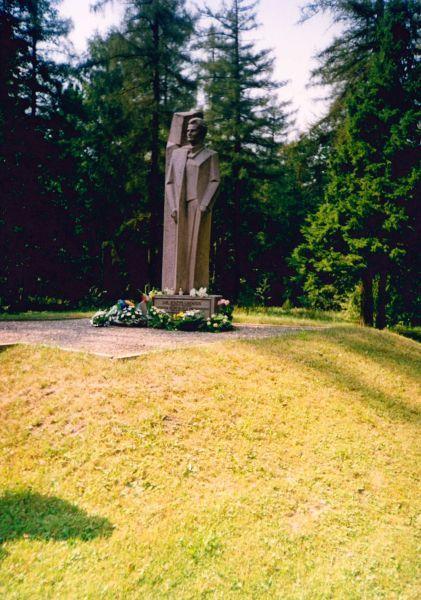 Prezidento K. Griniaus kapas ir paminklas netoli gimtojo Selemos Būdos kaimo Marijampolės rajone. Skulptorius – Kęstutis Balčiūnas. 1994 m.