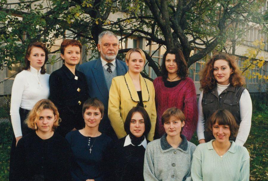Lituanistikos fakulteto IV kurso III grupės studentai su prof. P. Bražėnu. 1998 m.