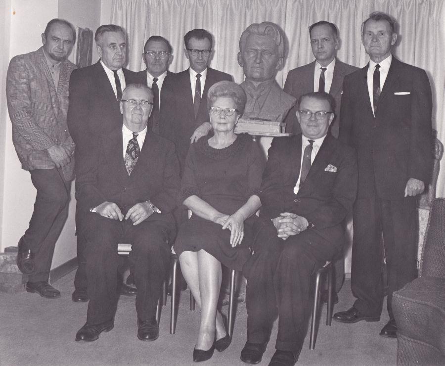 Dr. Kazio Griniaus paminklui Lietuvių tautinėse kapinėse statyti komiteto nariai prie K. Griniaus biusto. Čikaga, 1994 m.