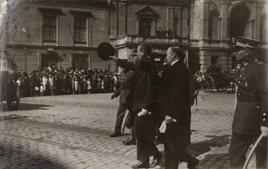 K. Grinius sveikina kariniam paradui Teatro aikštėje išrikiuotus Klaipėdos įgulos karius. Klaipėda, 1926 m. rugpjūčio 29 d.