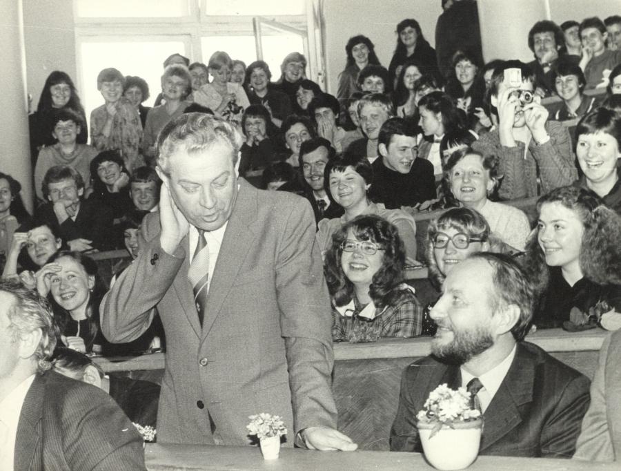 Ketvirtakursiai lituanistai uždavinėja klausimus doc. A. Rasimavičiui. 1983 m. balandžio 22 d.