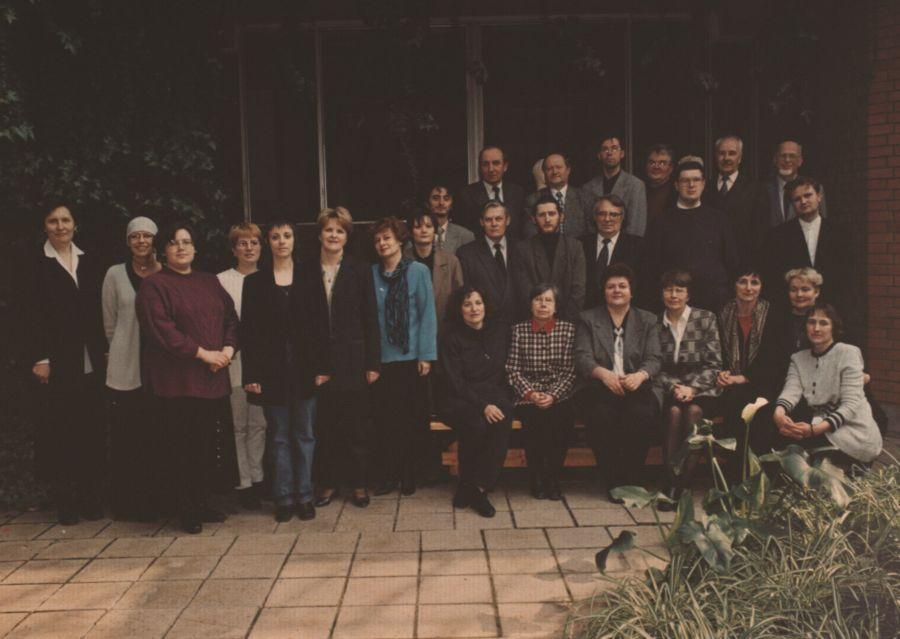 """Tarptautinės mokslinės konferencijos """"Erdvė ir laikas literatūroje ir kultūroje: namai Europos kultūroje"""" dalyviai Daugpilyje (Latvija). 2001 m."""