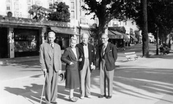 Petras Klimas (1-as iš dešinės) su žmona Brone Klimiene (2-a iš kairės), Lietuvos nuolatiniu delegatu prie Tautų Sąjungos Edvardu Turausku (2-as iš dešinės), Lietuvos atstovu Tautų Sąjungoje Jurgiu Savickiu (1-as iš kairės). 1942 m., Grasse (Prancūzija).