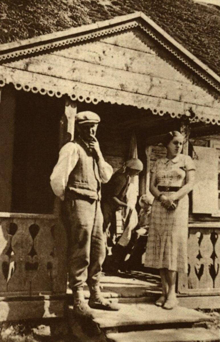 Mama šluosto Augutį. Priekyje tėvytis su dėdiene L. Ignatoniene. 1937 m.