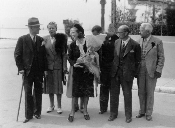 Petras Klimas (2-as iš dešinės) su Lietuvos atstovu Tautų Sąjungoje Jurgiu Savickiu (1-as iš kairės), jo žmona Inge Geisler (2-a iš kairės), nuolatiniu delegatu prie Tautų Sąjungos Edvardu Turausku (1-as iš dešinės).