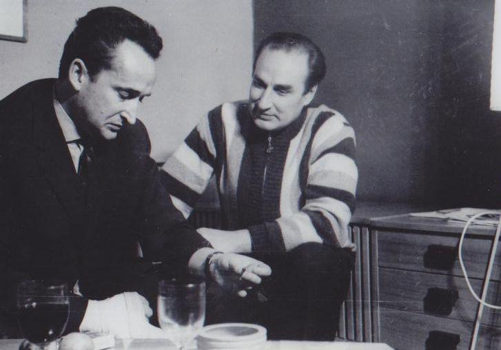 """Su kino dramaturgu, scenaristu Valentinu Ježovu po filmo """"Niekas nenorėjo mirti"""". Apie 1965 m."""