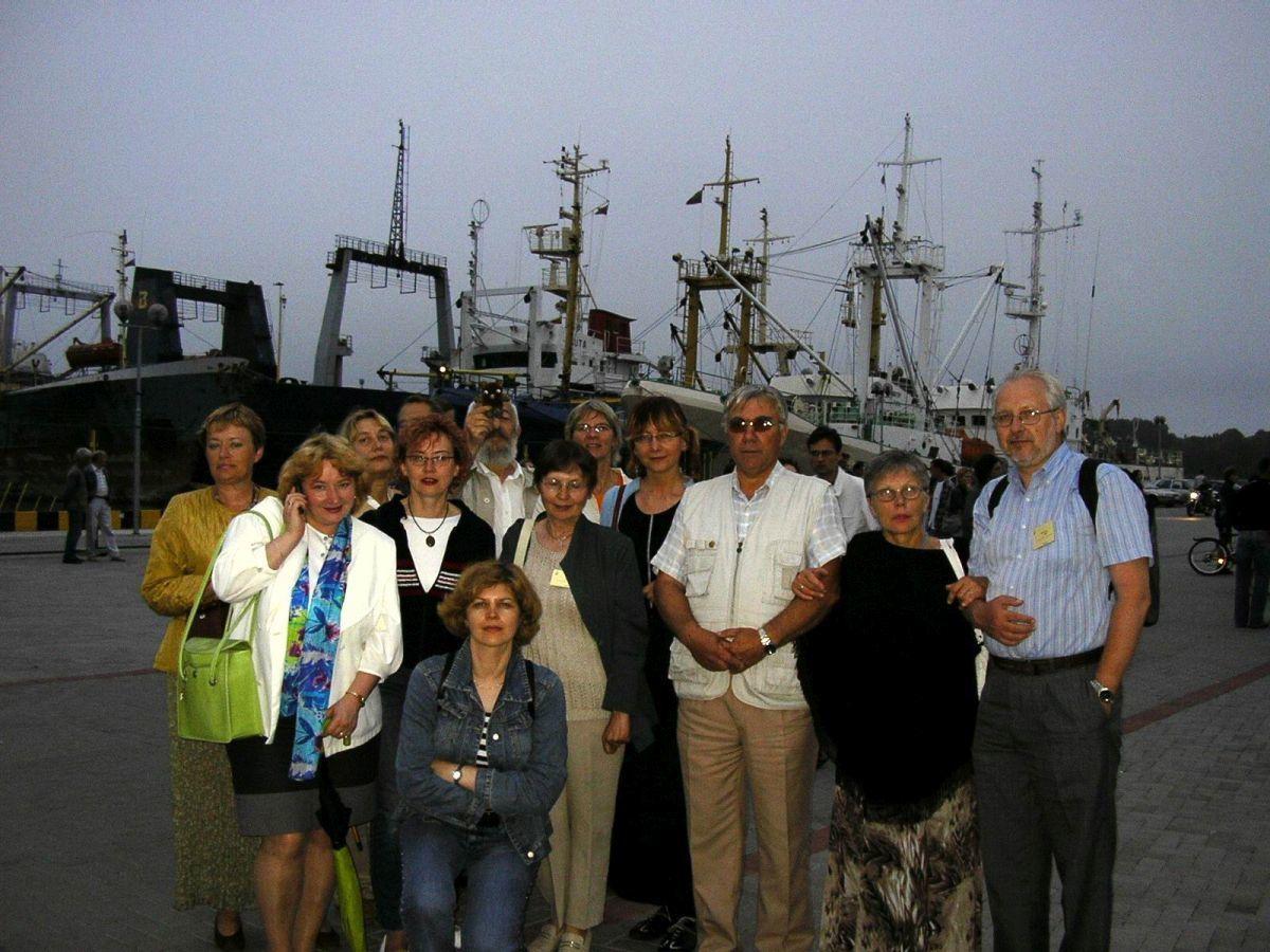 """Tarptautinio seminaro """"Jūra ir vaikų literatūra"""" dalyviai. Klaipėda, 2004"""