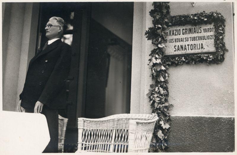 """Dr. K. Grinius sako kalbą draugijos """"Kovai su tuberkulioze"""" dr. Kazio Griniaus vardo sanatorijos pašventinimo metu. Kaunas, 1937 m. birželio 29 m."""