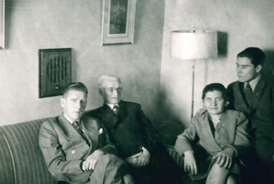 K. Grinius su žmona Kristina, sūnumis Kaziu ir Liūtu. Čikaga (JAV), 1947 m.