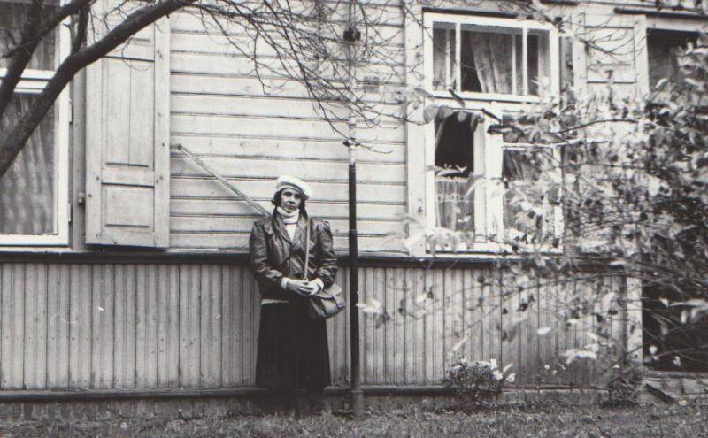 Genė Radzevičienė prie namo Vilniuje Vykinto g. 1, kur paskutines savo gyvenimo dienas praleido B. Radzevičius. 1985 m., Vilnius.