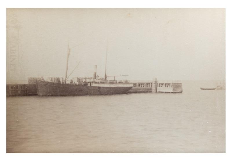 """Garlaivis """"Feniksas"""" prie Palangos jūros tilto, 1893 m."""