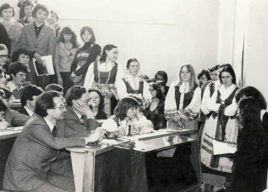 Tuomečio Lietuvių kalbos ir literatūros fakulteto dėstytojai ir studentai Paskutinės paskaitos renginio metu. 1980 m.