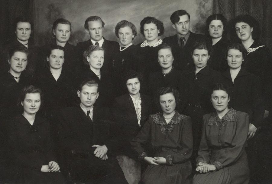 IV lituanistų laida su vyr. dėst. A. Rasimavičiumi (1 eilėje antras iš kairės). 1956 m. gegužės 14 d.