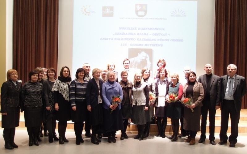 """Lituanistikos fakulteto dėstytojai Dusetų K. Būgos gimnazijoje vykusios konferencijos """"Gražiausia kalba – gimtoji"""", skirtos K. Būgos 135-osioms gimimo metinėms paminėti, metu. 2014 m."""