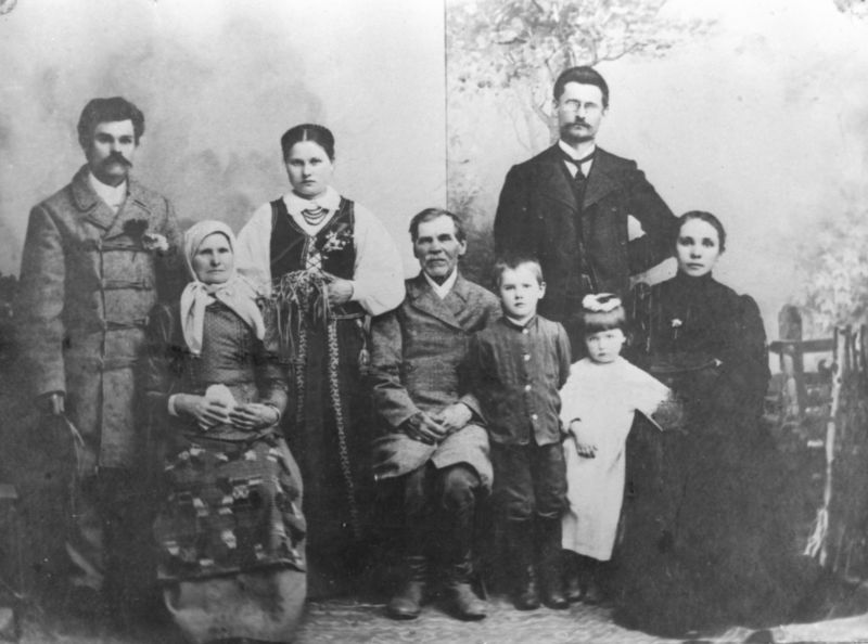 Grinių šeima. Pirmoje eilėje iš kairės sėdi: motina Ona Griniuvienė, tėvas Vincas Grinius, stovi dr. Kazio Griniaus vaikai – Kazys ir Gražina, sėdi žmona Joana. Antroje eilėje iš kairės: Jonas Grinius, Ona Griniūtė ir dr. Kazys Grinius. Apie 1908 m.