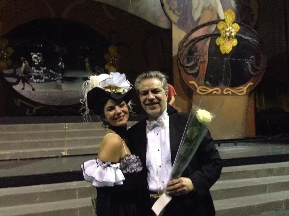 """2013 m. Lietuvos nacionaliniame operos ir baleto teatre po spektaklio F. Leharo """"Linksmoji našlė"""". J. Geniušas su Marija Geniušaite."""