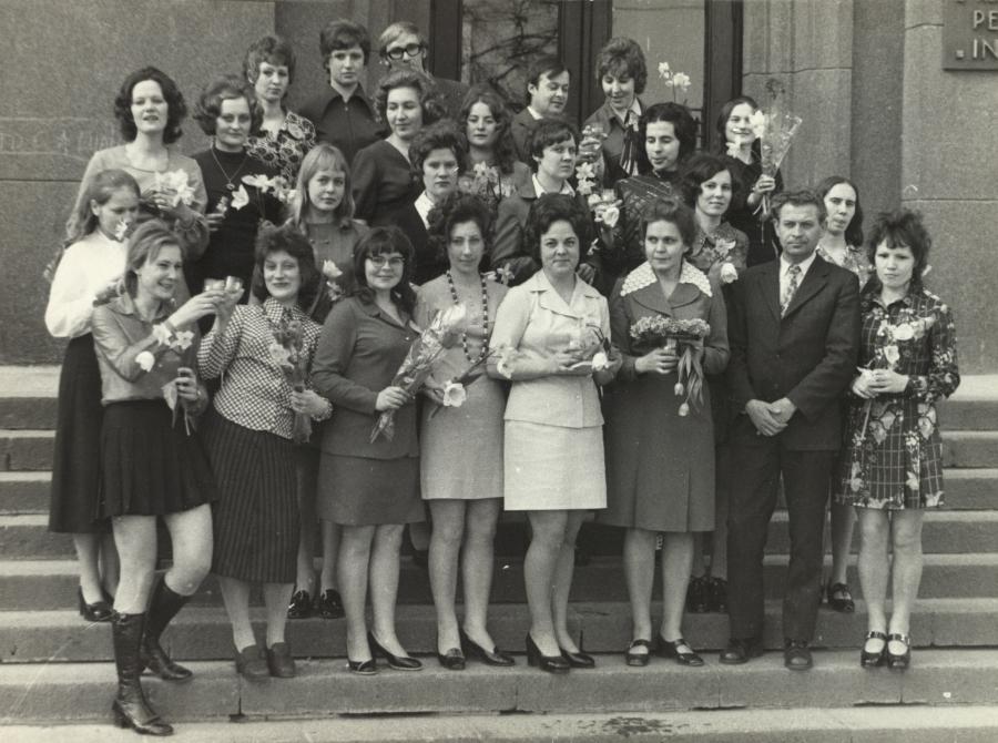 Lietuvių kalbos ir literatūros fakulteto doc. A. Rasimavičius (1 eilėje antras iš dešinės) ir doc. J. Statkevičienė (1 eilėje trečia iš dešinės) su V kurso studentais lituanistais. 1975 m. balandžio 10 d.