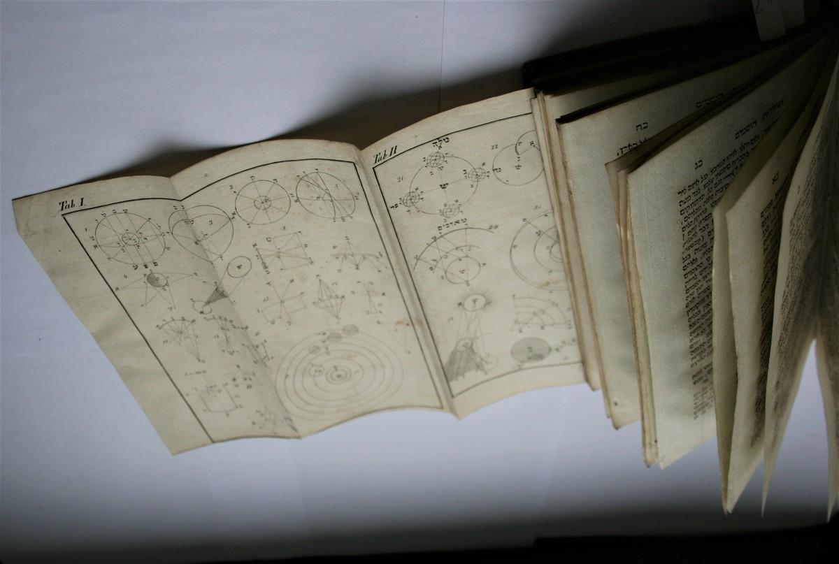 """Knygos, Matui Strašunui dovanotos jo bendraminčių švietėjų, literatų ir mokslininkų, su rankraštinėmis autorių dedikacijomis. <br /> Chaimas Zeligas Slonimskis (1810–1904). """"Toledot ha-shamayim"""" (hebr. Astronomija). Varšuva, Avigdoro ben Joelio Lebensono spaustuvė, 1838."""