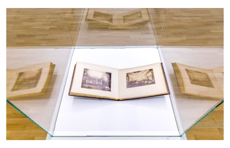 """Albumas """"Kretynga"""", 1890 m. (vaizdas iš P. Mongirdaitės parodos  Nacionalinės bibliotekos III a. parodų salėje, 2020 m.)"""