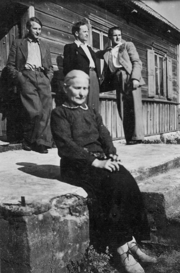 Mekų motina, už jos stovi Jonas, Petras ir Adolfas. <br /> 1943 m. vasara.<br /> <br /> <br />