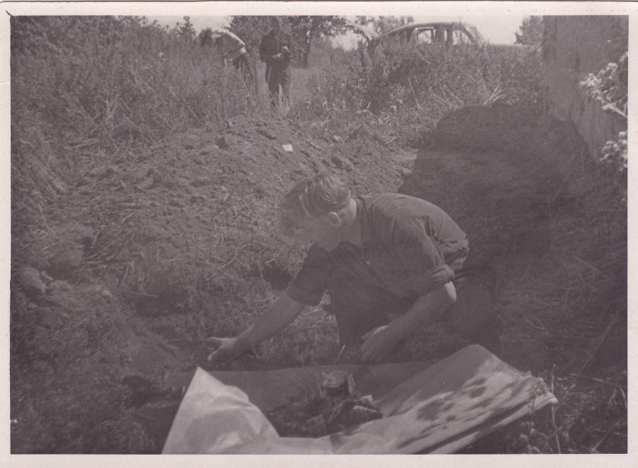 Dr. K. Griniaus užkastos dėžės liekanos. 1957 m.