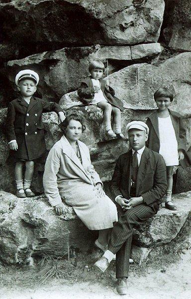 Taida (centre) su sesute Irena, broliuku Petru, pamote Stanislava ir tėvu.  Apie 1932 m. Palanga