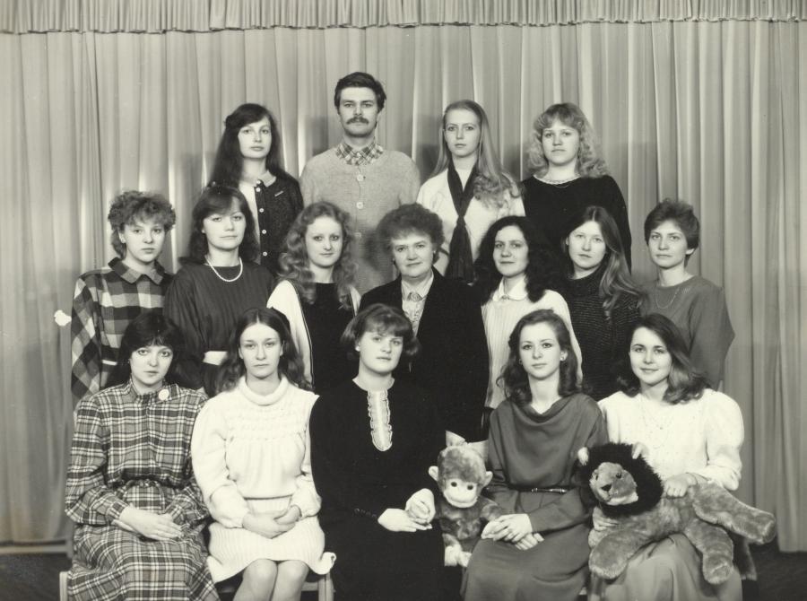 Lietuvių kalbos ir literatūros fakulteto prof. A. Vaitiekūnienė su IV kurso I grupės studentais. 1988 m.