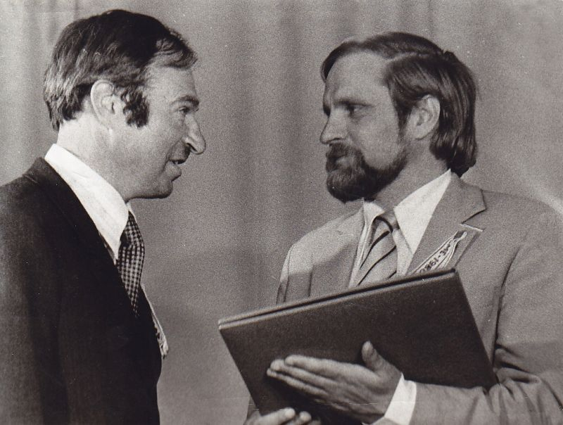 B. Radzevičius Žemaitės premijos įteikimo metu. Greta – Kelmės raj. Žemaitės kolūkio pirmininkas. 1980 m.