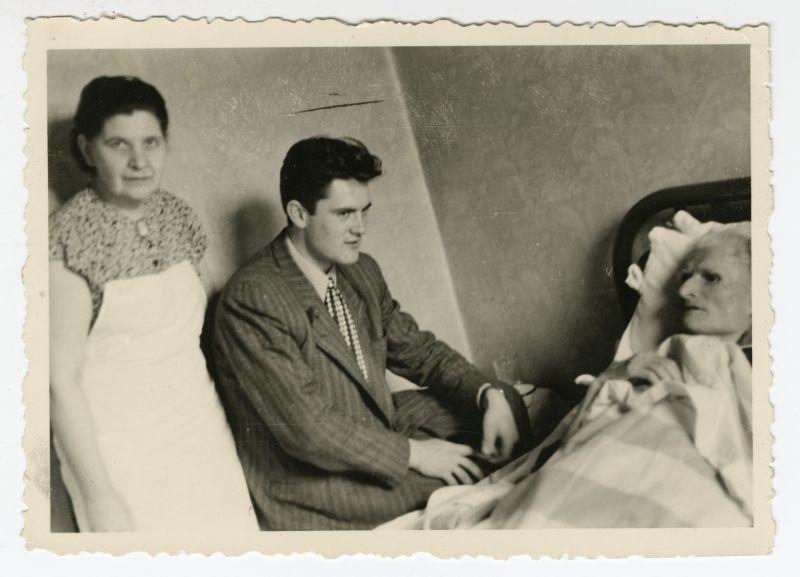 K. Grinius ligos patale. Šalia – žmona Kristina ir būsimasis Lietuvos prezidentas V. Adamkus. Čikaga, 1950 m. birželio 3 d.<br />
