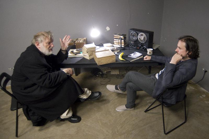 """J. Budraitis ir režisierus O. Koršunovas spektaklio """"Paskutinė Krepo juosta"""" repeticijos metu."""